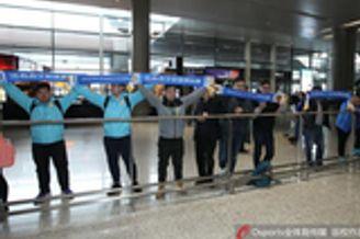 苏宁日本亚冠归来 热心球迷机场守候迎接|图