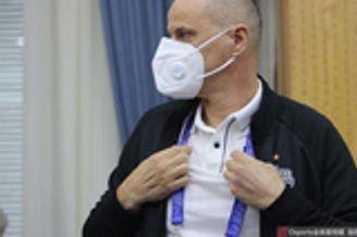 上港亚冠对手戴口罩来发布会 遭球迷吐槽没戴对 图