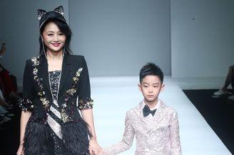曹颖携8岁儿子走秀画面养眼