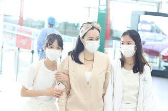 鐘麗緹帶兩女兒現身機場