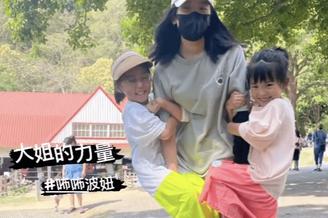 贾静雯带女儿们外出游玩