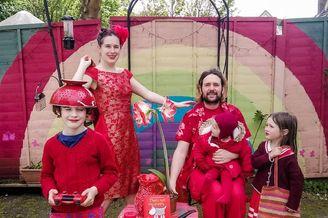 婚纱设计师给家人打造多彩套装