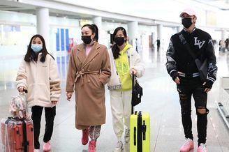 钟丽缇张伦硕一家机场发红包