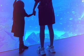 昆凌带孩子去逛海洋馆