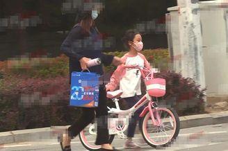7岁甜馨街头骑单车又美又飒