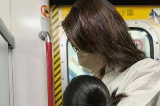 黎姿和女兒一起坐地鐵
