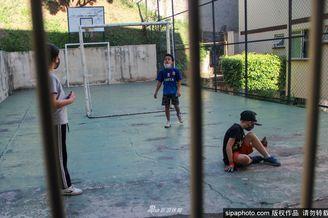 因疫情巴西孩童只能在公园踢球