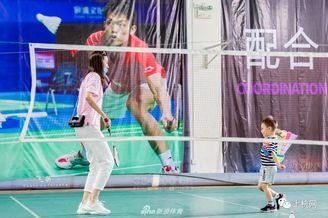 谢杏芳教儿子打羽毛球