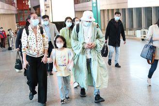 包贝尔带女儿饺子现身机场