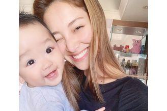 郑嘉颖妻子晒儿子1岁生日照