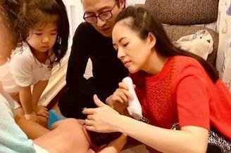 章子怡产后出镜给儿子剃头