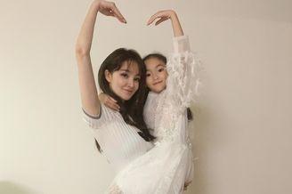 31岁刘雨欣晒与女儿温馨合影