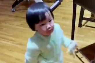 王祖蓝晒1岁女儿做家务视频
