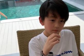张柏芝带二儿子小Q游泳