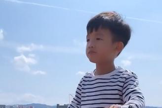 陈建州带双胞胎儿子骑车采花