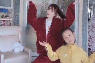 李小璐带甜馨宅家中跳舞