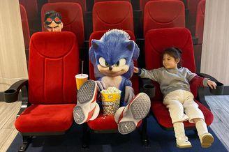 陈冠希带女儿Alaia看电影晒照