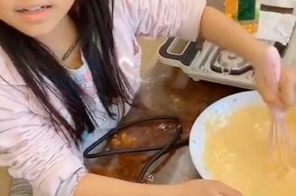 李小璐和女儿做鲷鱼烧