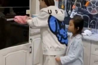 李小璐甜馨母女做蛋糕