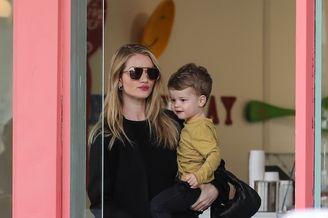 超模汉丁顿-惠特莉抱儿子出街