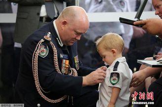 消防员父亲牺牲儿子替父领奖