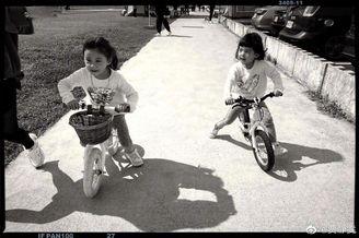 贾静雯教女儿学骑单车