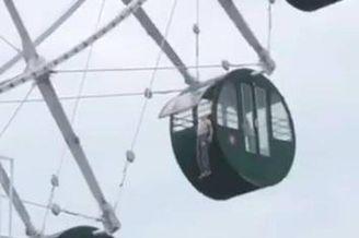 男孩头卡摩天轮 身体悬挂空中