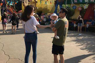 熊黛林夫妇带女儿游迪士尼