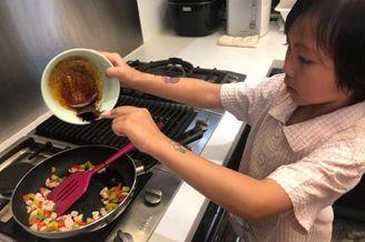 """蔡少芬女儿变身""""小厨师"""""""
