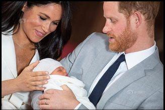 哈里王子夫妇携孩子首次亮相