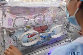 新生儿重症监护室里的天使妈妈