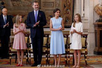 西班牙两公主随父母出席颁奖