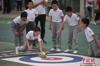 北京小学生体会旱地冰雪运动