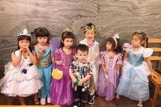 贾静雯带女儿参加生日派对