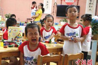 广西柳州幼儿园迎新 哭声一片