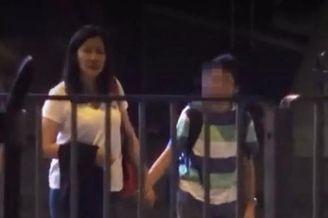 49岁陈慧珊接孩子放学