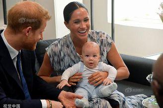 哈里王子夫妇抱自家萌娃露面
