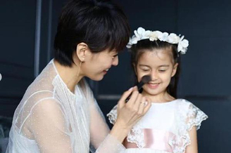 梁咏琪与女儿拍宣传片
