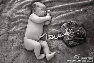 还未剪脐带的初生婴儿照