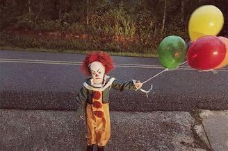 将弟弟扮成小丑拍摄主题摄影