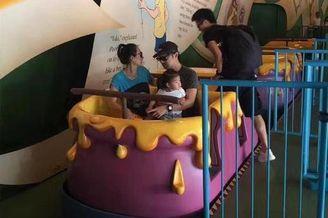 章子怡带女儿香港迪士尼游玩