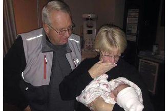 新生儿与爷爷奶奶见面的场景