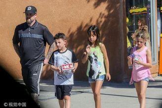 妮可里奇与丈夫带孩子外出购物