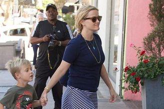 影后瑞茜素颜携儿子前往玩具店
