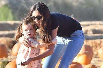 超模泰瑞·西摩携女儿买南瓜