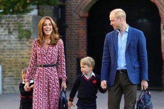 威廉王子夫妇送儿女上学