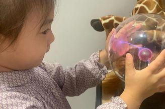 陈冠希女儿手抚水晶球似精灵