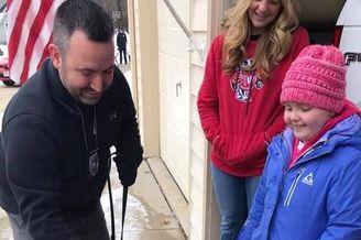 7岁女孩患脑瘤警方送狗狗探望