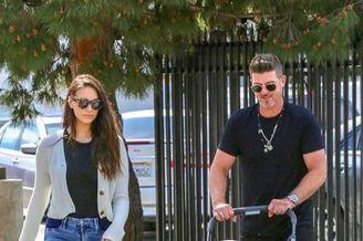 罗宾·西克与老婆带女儿散步