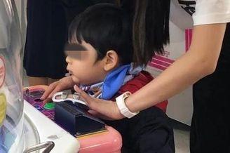 Baby手指受伤陪儿子玩夹糖机